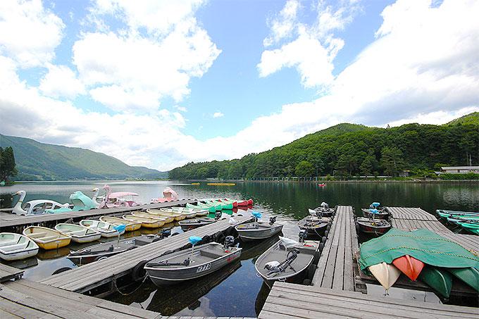 湖と山と空の景色