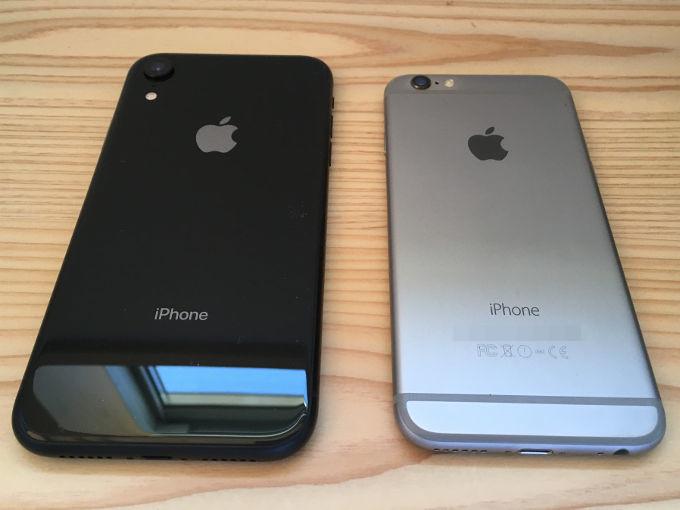 iPhone6とiPhoneXRを並べた写真(裏面)