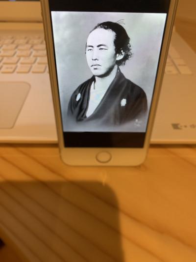 坂本龍馬をスマホに表示した写真
