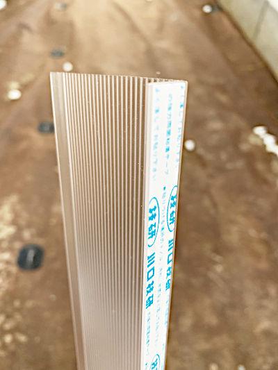 マドミラン側面の両面テープ部分の写真