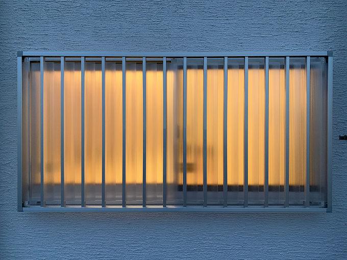 夜明かりをつけてマドミランを外から撮った写真